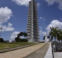 Turm Beton und Figur aus kubanischem Marmor