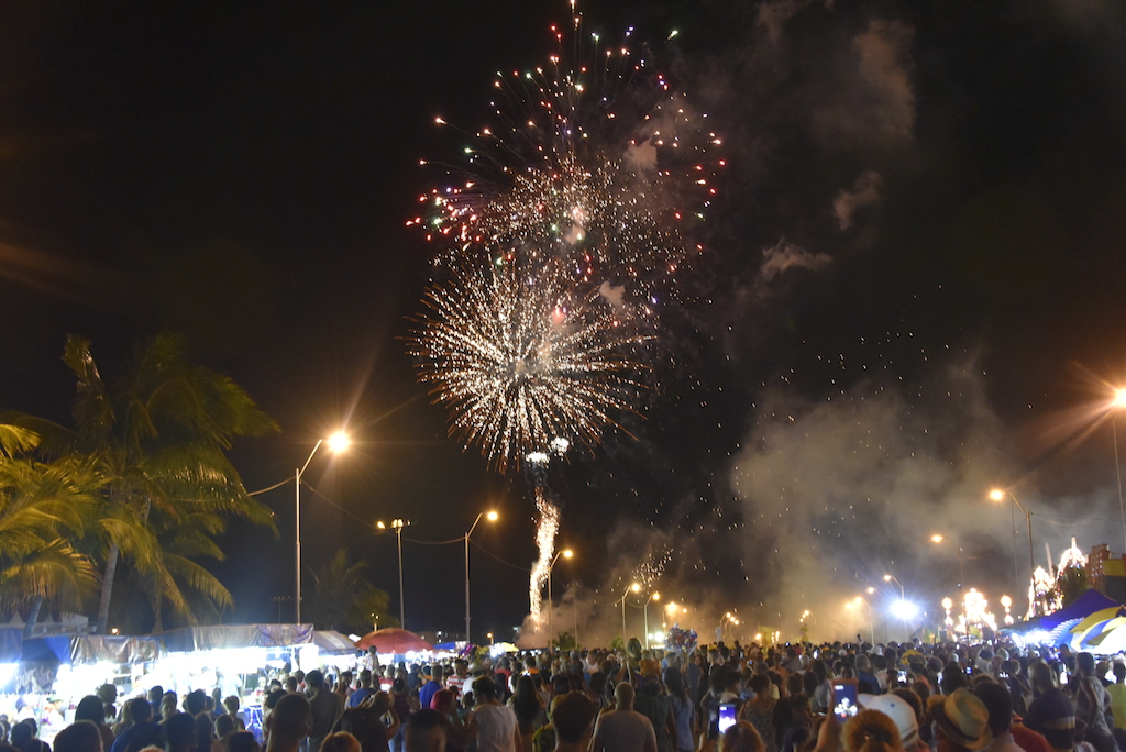 Strassenkarneval : Feuerwerk